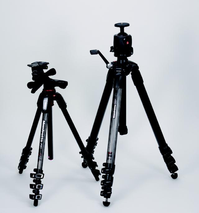画像: <写真左> 剛性のあるカーボン製MT190はさまざまなカメラアングルを確実にセットアップできるマルチ機能が魅力。コンパクトで持ち運びも楽。雲台は微妙な動きも大きな動きもグリップ一つで操作できるギア雲台がブツ撮りには便利。 <写真右> 極太の円筒カーボン製でハイアングルも得意な4段。安定性は抜群でギア付きのセンターポールはスムーズな操作が可能。雲台はマグネシウムボール自由雲台がベストマッチ。スタジオにもっともふさわしい三脚だ。