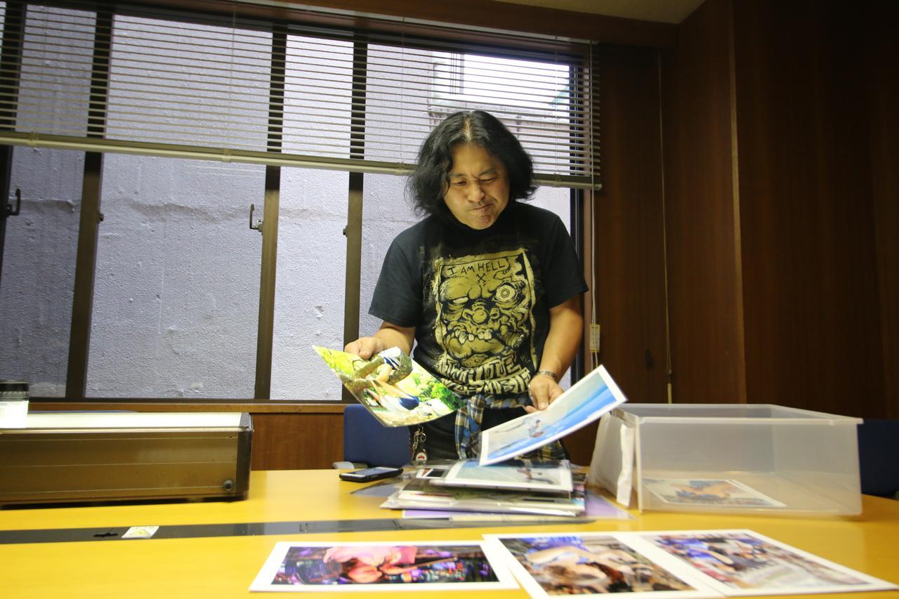 画像1: タイトルバック:スナップ部門を審査する佐々木啓太氏。「ちょっとしたブレやフレーミングの甘さで入賞を逃した作品が実に多いです」