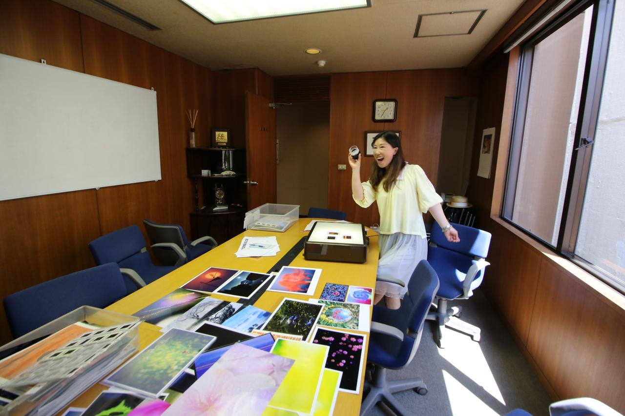 画像3: タイトルバック:スナップ部門を審査する佐々木啓太氏。「ちょっとしたブレやフレーミングの甘さで入賞を逃した作品が実に多いです」