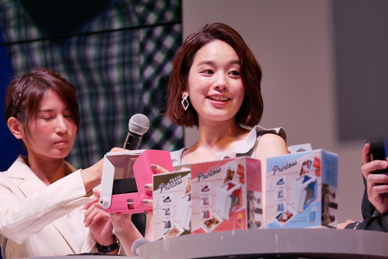 画像: 筧美和子さんが手にしているタカラトミーのプリンター、 「プリントス」ってどんなもの?