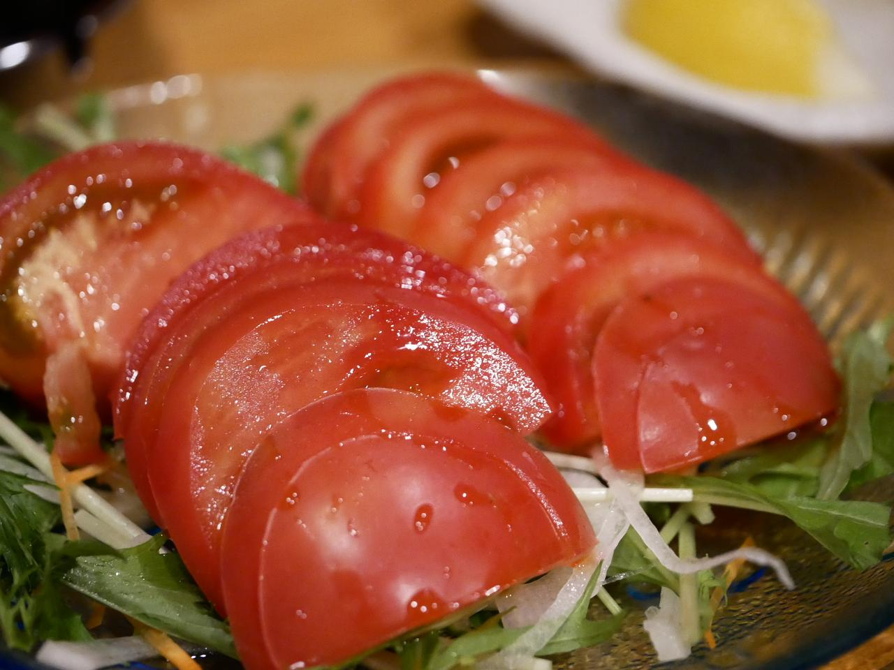 画像: 大人は野菜から。トマトが瑞々しい感じに撮れたような。これは大きめにアップ。