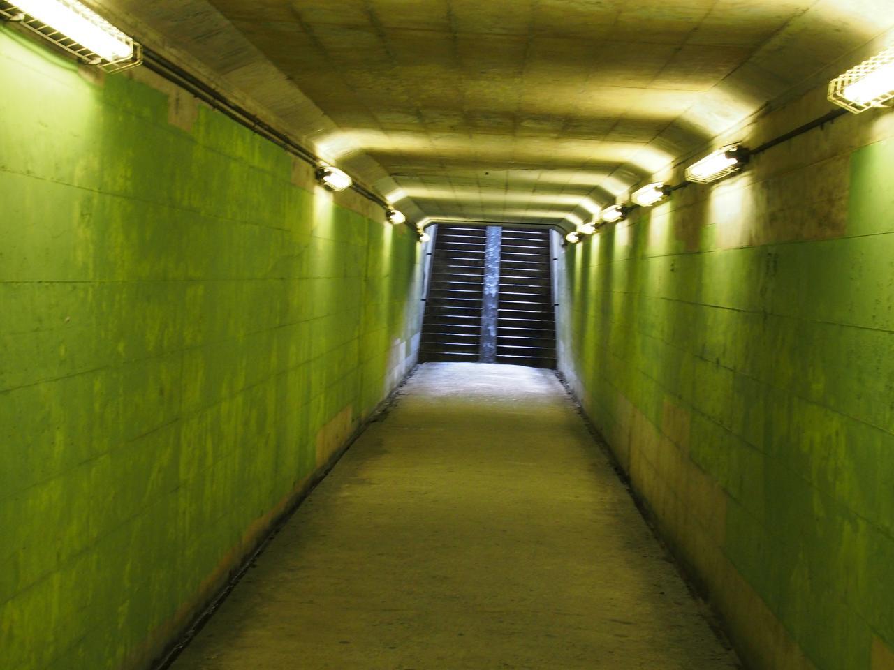 画像: 「人もいないのに、たっくさん顔認識表示が出るトンネルや地下道って、あるよね」(広田泉氏談)これではただの標準レンズで撮った画像だ。