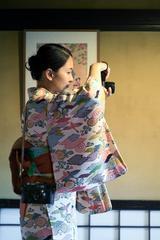 画像: ▲和服で撮影中の大門さん。和装とライカは意外とマッチングしている。撮影はご主人の正明さん。