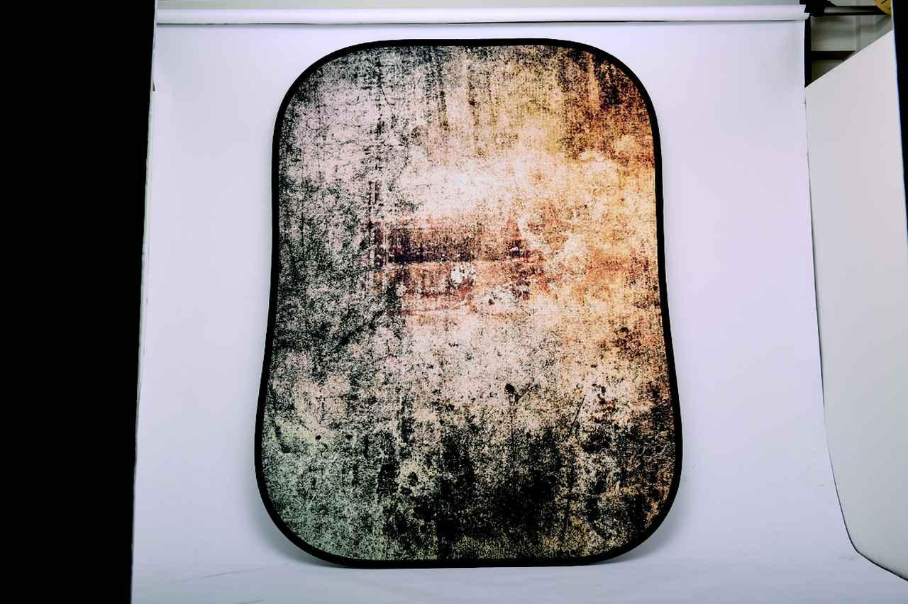 画像: バックグラウンド 折りたたみ式アーバン背景/メタル コンテナ(1.5╳2.1m 3万2000円) ▶リバーシブル仕様で他にも様々な都会の情景が用意されている。折りたたむと直径90㎝の袋に納まる。