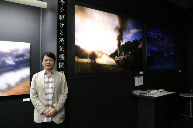 画像: ▲今回の写真展、実行委員長の長根広和さん(マシマ・レイルウェイ・ピクチャーズ代表取締役)。向かって右隣が長根さんの作品。本誌の「ジャンル別フォト講座:鉄道」を担当して頂いております。明日、発売の8月号別冊付録でも大変にお世話になりました! cweb.canon.jp