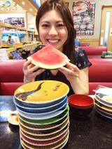 画像: お楽しみのランチは回転寿司。今回撮影地となったのは、写真家・諏訪光二さんの自宅付近、千葉県茂原市内でした。なので、回転寿司が安くて美味しい! モデルの水穂まきちゃんも大喜びでした。