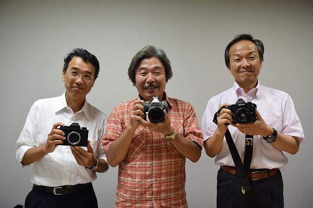 画像: ▲お気に入りのレンズを着けたDf と初期のモックアップを持って記念撮影。右から後藤哲朗氏、阿部秀之氏、三浦康晶氏。