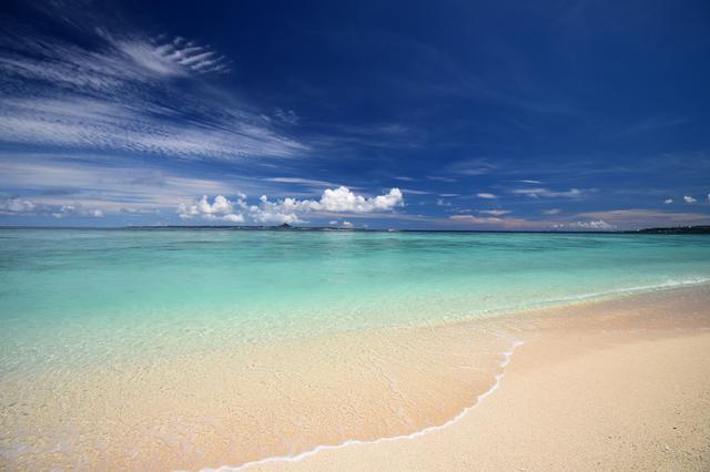 画像: ▲72mm径のフィルター枠を備えているのでC-PLフィルターを装着して、沖縄の美しく透き通った海と砂浜を撮影。2分割構図で撮影しても水平線の歪みなど一切気にならない。共通撮影機材:D7500(以下同じ)