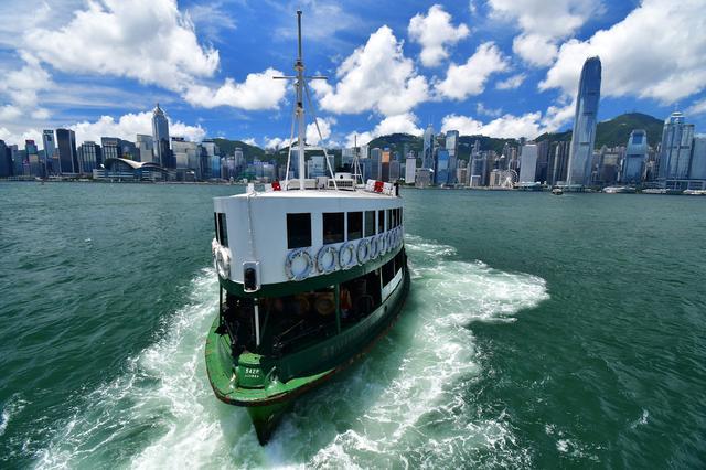 画像: ▲香港島と九龍を繋ぐスターフェリーを撮影。船が出航した瞬間を狙って、遠近感を強調するように撮影。コントラストも高く、ヌケが良いレンズなので東南アジアの夏空も思い通りに表現できた。