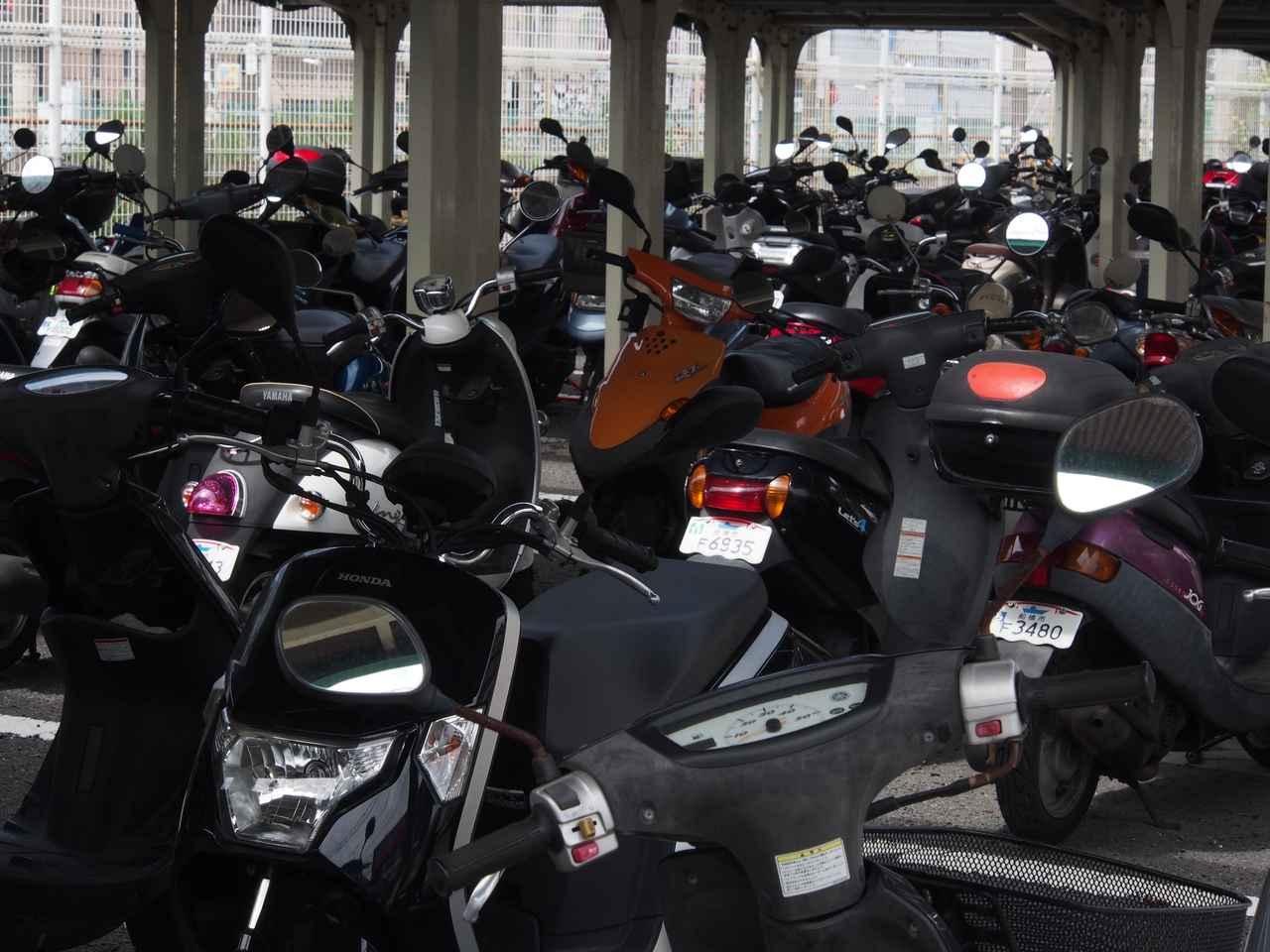 画像: バイクの駐車場。中央右寄り、赤い部分(シート後ろの反射板)をキャプチャー。これはまあ、誤作動でしょうね。