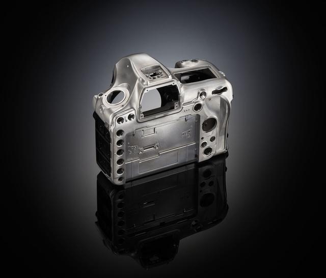 画像: ▲軽量で高剛性のマグネシウム合金ボディを採用し、それにチルト機構の背面液晶を組み合わせた。