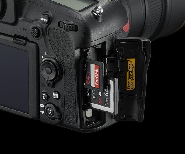画像: ▲D850のメモリーカードスロットはSDとXQDのダブルスロットを採用。