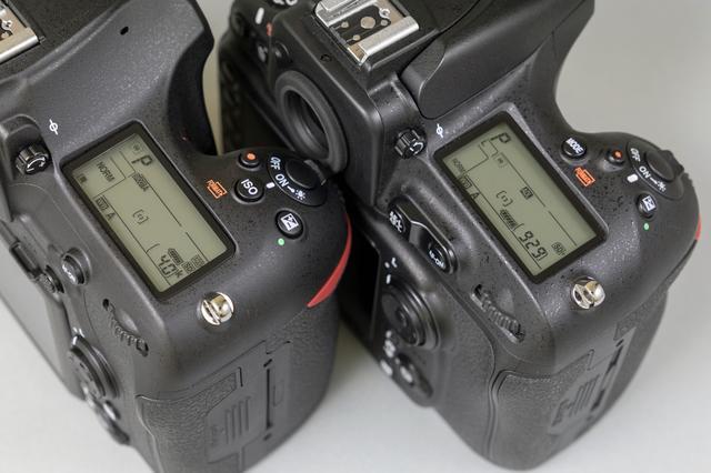画像: ▲左がD850で右がD810のトップ部、シャッターボタン回り。D850はシャッターボタン後方にISO感度/フォーマットボタンが設けられた。
