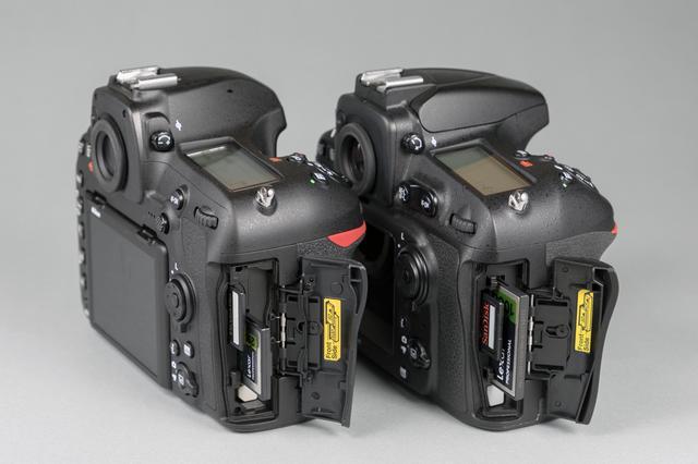 画像: ▲左がD850で右がD810。D810はSDとCFのダブルスロットを採用していた。