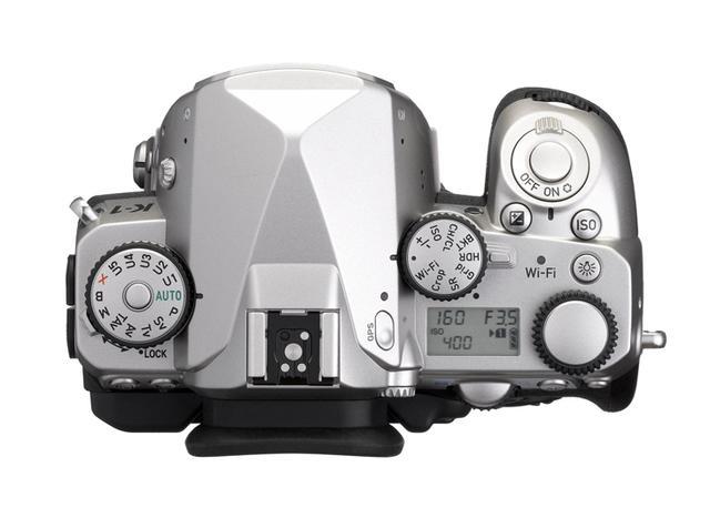 画像: ▲付属するメタルホットシューを外した状態のトップ部。 www.ricoh-imaging.co.jp