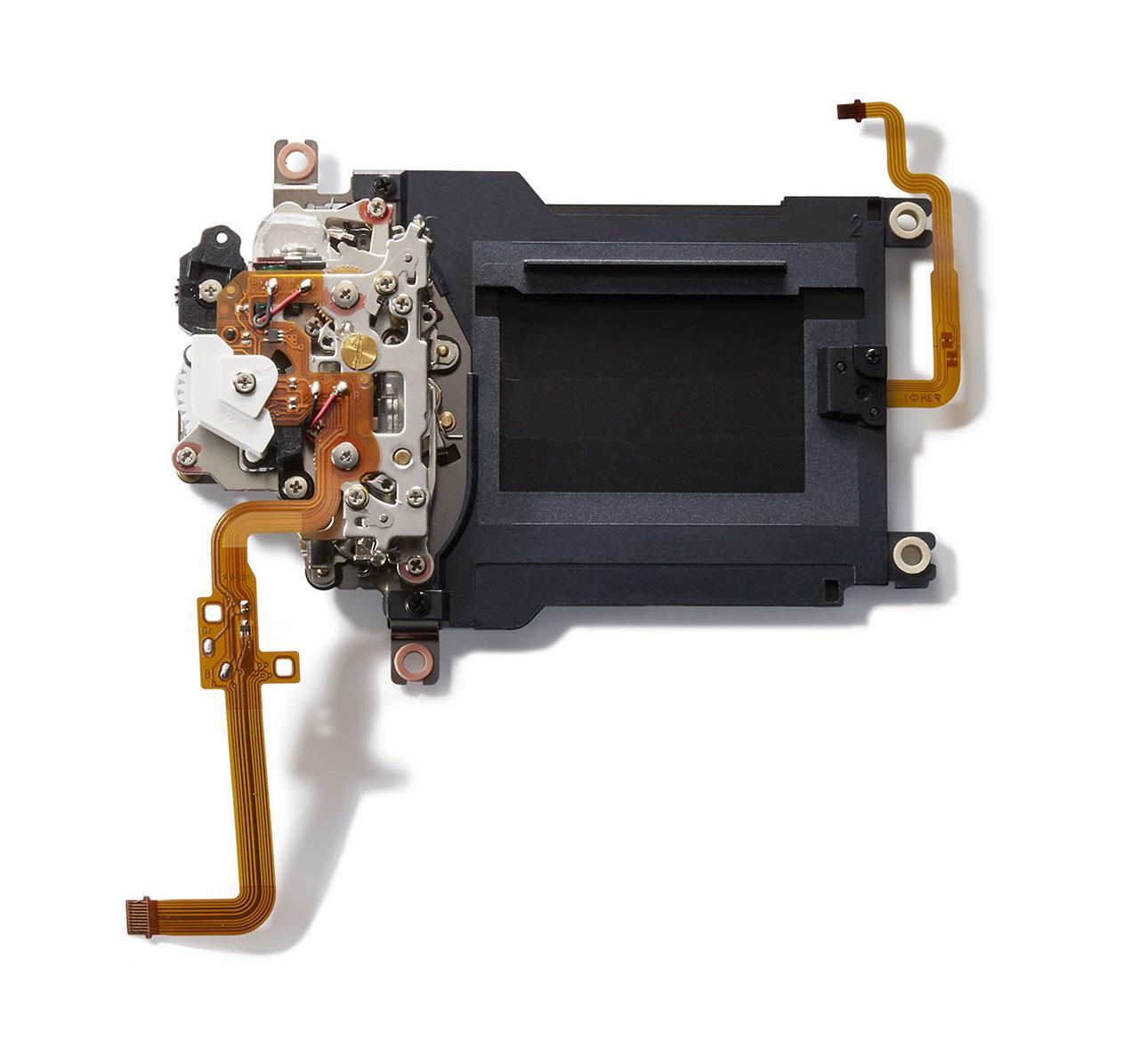 画像: ▲ニコンのデジタル一眼レフカメラでは初のシャッターカウンターバランサーを搭載。シャッターユニットはカメラに実装された状態で約20万回に及ぶテストをクリアしている。