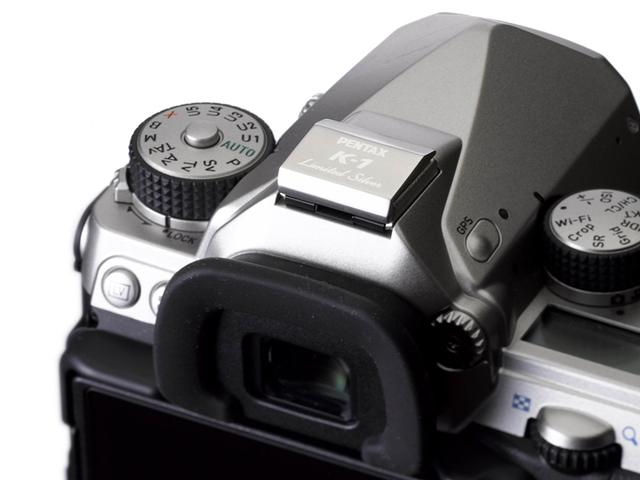 画像: ▲今回のキットに付属するメタルホットシューカバーにもロゴが入る。 www.ricoh-imaging.co.jp