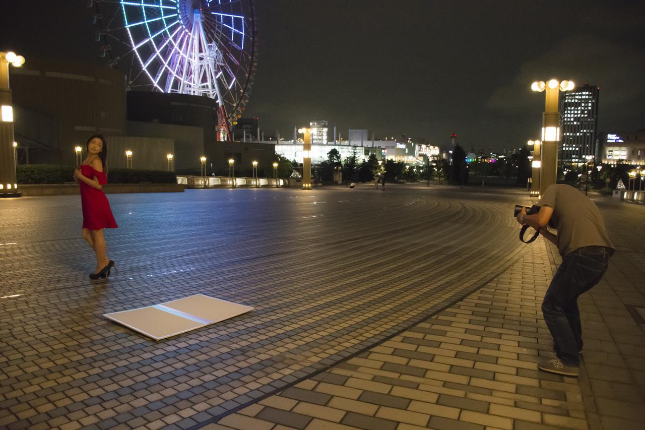 画像: ▲夜の作品の撮影状況。河野さんはアベイラブルライト(地明かり)とモデルさんとの絶妙なコンビネーションを瞬時に探し当てて、すぐさまシューティング! さすがです。■状況撮影:松下茜