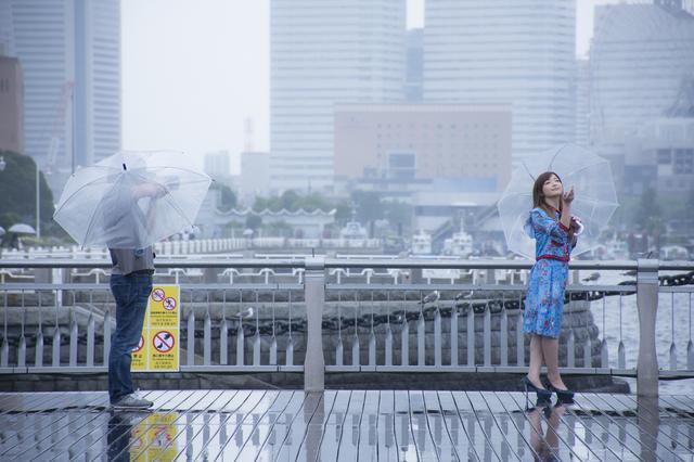 画像: ▲撮影当日はあいにくの雨模様。しかしポートレートの達人、河野英喜さんのシャッターは止まることなし!美人に傘のコンビは鉄板ですね。■状況撮影:松下茜