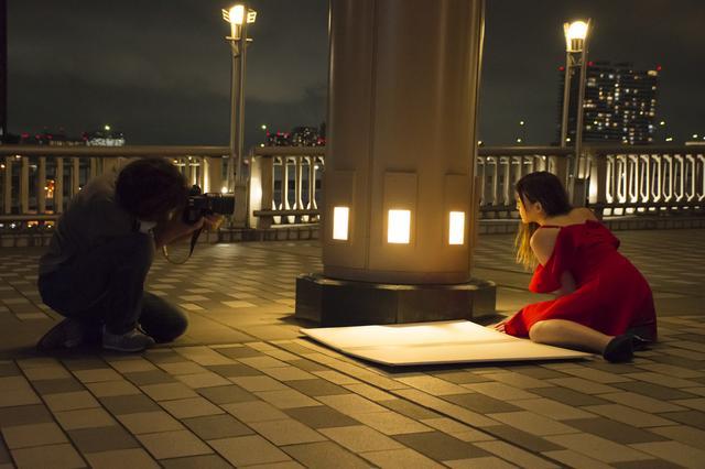 画像: ▲夜の作品の撮影状況。河野さんは現場の照明を活用するのも得意なんです■状況撮影:松下茜