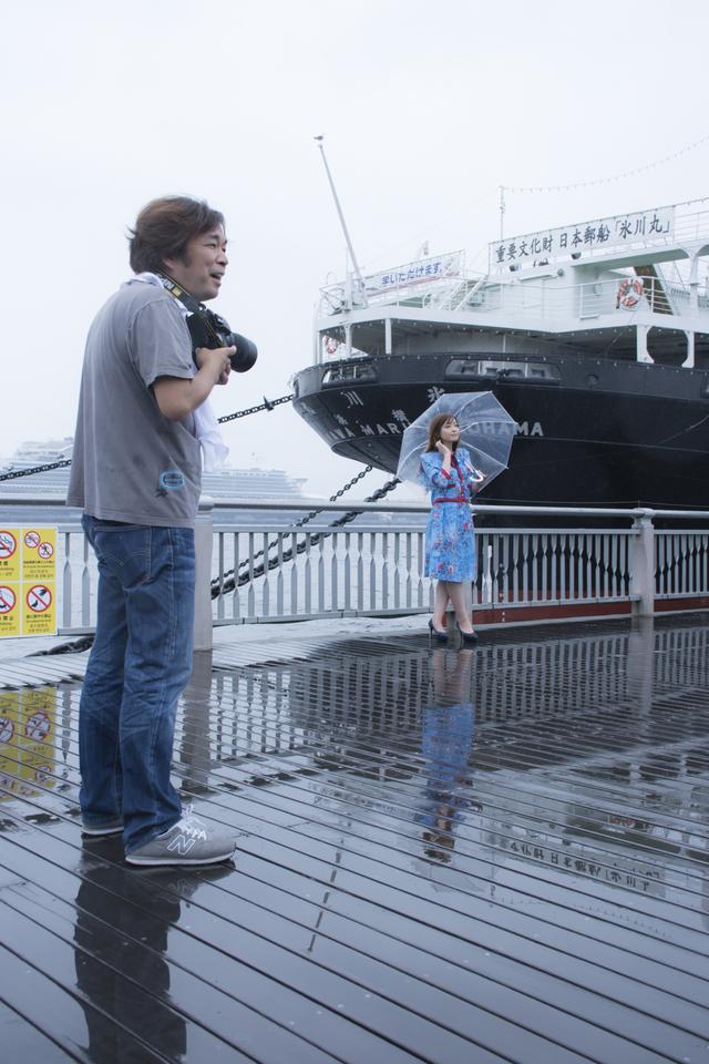 画像: ▲雨が降り出してきても、撮影に没頭して楽しんでしまうのが河野さん。■状況撮影:松下茜