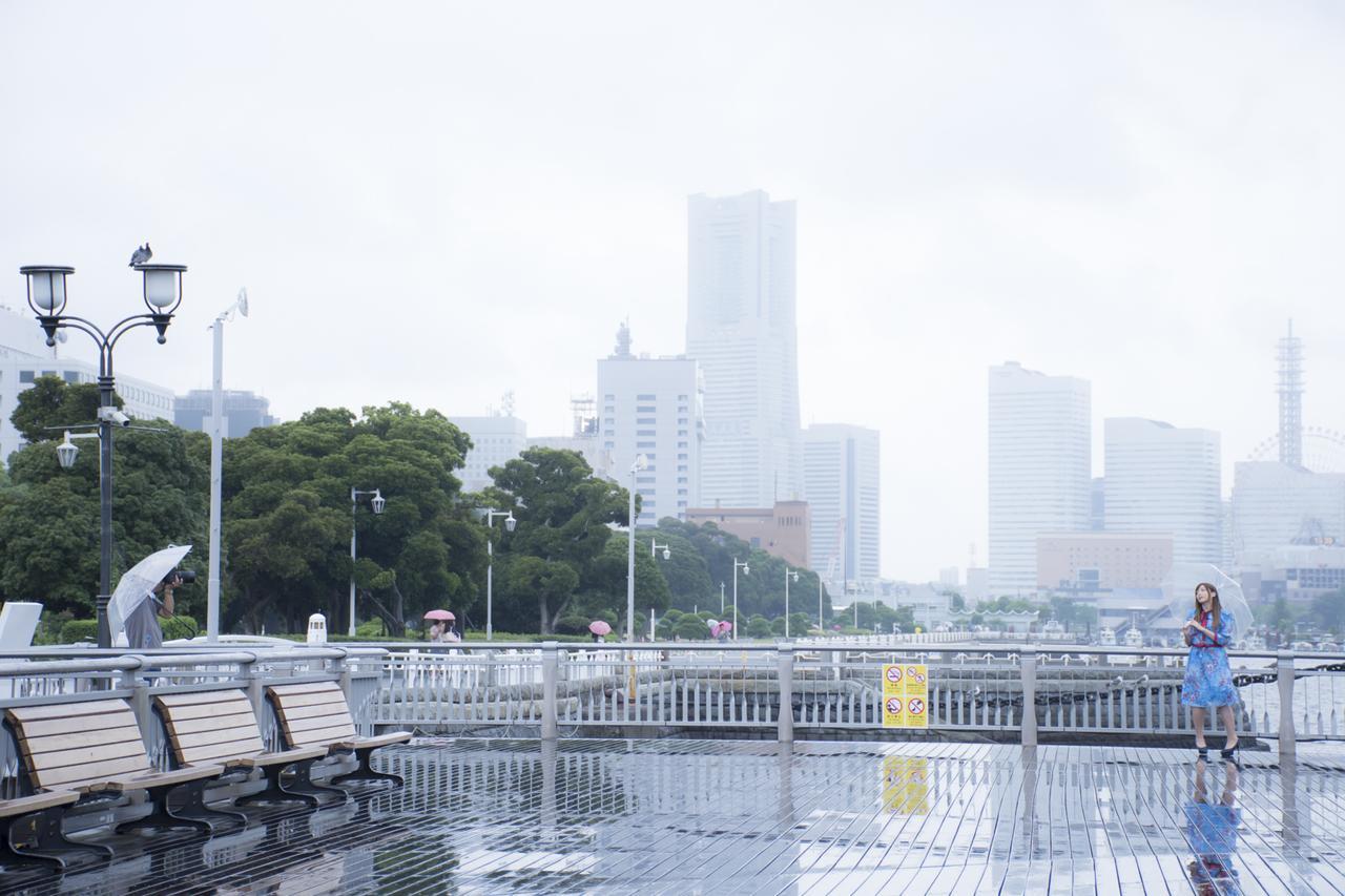 画像: ▲撮影当日は雨の中。傘をさしたカットはモデルとの距離もとったパターンも撮影しました。■状況撮影:松下茜。
