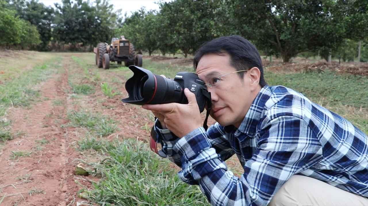 画像: ▲写真家としての原点となった地、ブラジルで撮影中の渋谷さん。 www.bs-asahi.co.jp