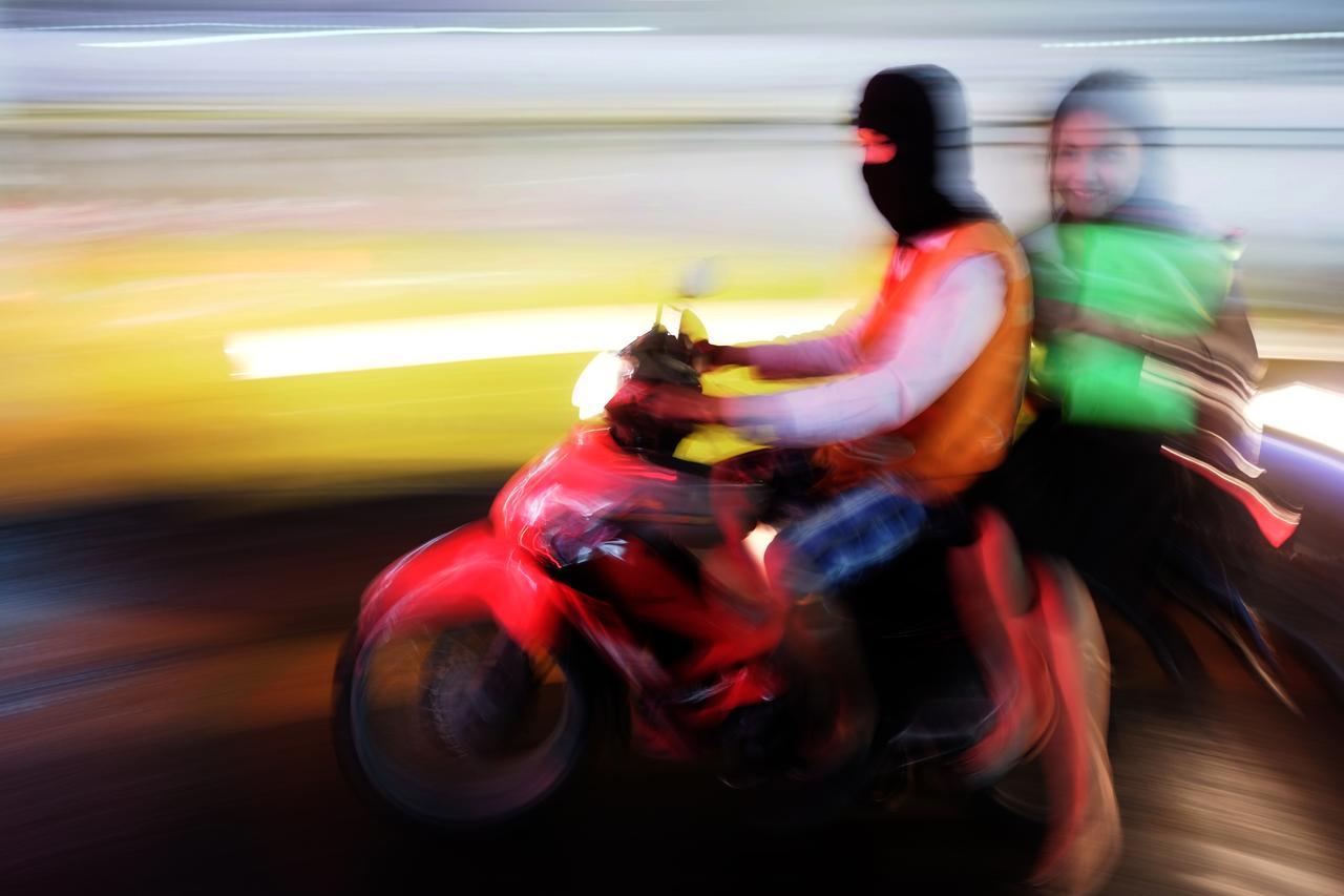 画像: ▲バイクや鮮やかな色が好きなのではなく、人が好きというところから始まっています。ポイントは笑顔とマスク姿の運転手の対比で、あえて雑に流し撮りしてブレの量を調整しました。 ■フジフイルムX-Pro1 XF18mmF2R 絞りF2 1/2 秒 ベルビアモード ISO800