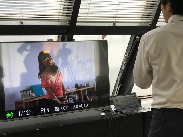 画像: ▲撮影中の様子をモニターで確認中。瞳にAFが追従していることがわかる。