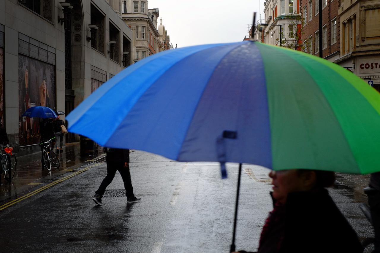 画像: ▲傘の色と、奥に歩いている人の足と、さらに奥にいるもう一人の傘とでリズムを作っています。なんとなくおしゃれに見える写真です。■絞りF5.6 1/125 秒 WB:曇り
