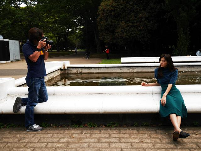 画像: 写真家・河野英喜さん。使用レンズは2本だけ。今回は35㎜と58㎜でした。