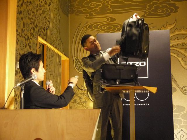画像: ▲新製品「センチュリー カメラバッグ」を説明するのはマンフロットのカテゴリーマネージャー佐藤秀之さん(写真左)。