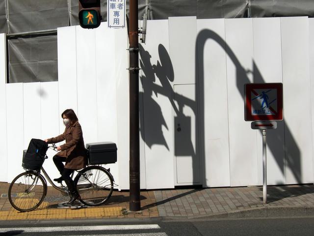 画像: ▲本来は無関係な、影と自転車を同じフレームに入れることで、お互いが響きあっておもしろ味が加わった。 ■ XF-1 25mm  プログラムAE