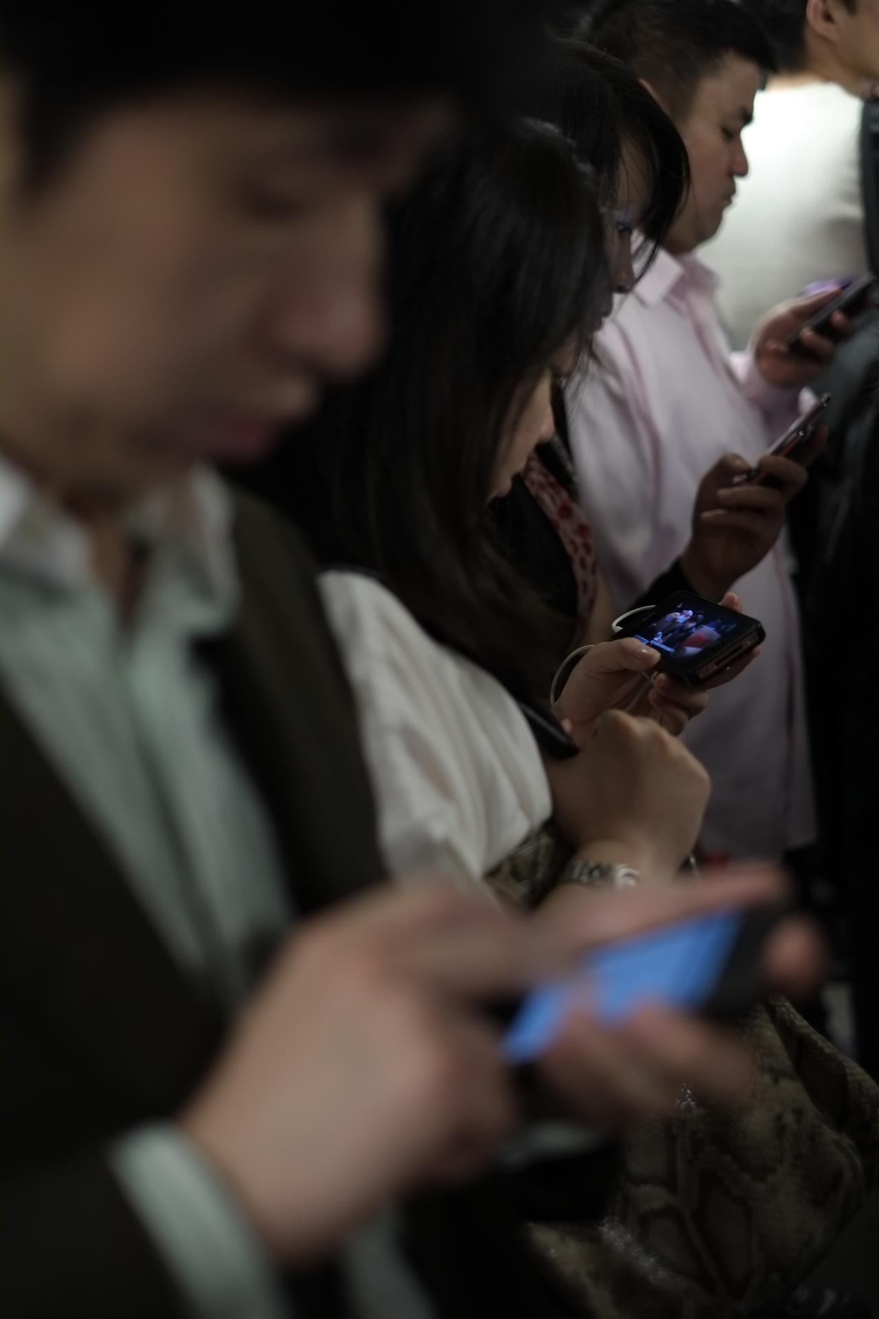 画像: ▲70 年代の初め頃の主流だった、社会的なメッセージが皮肉っぽく撮られた写真です。携帯電話の並びが、上海 という街を反映しています。 ■フジフイルムX-Pro1 35mmF1.4 絞り優先AE(絞りF2) マイナス1.3 露出補正 WB:オート ISO250