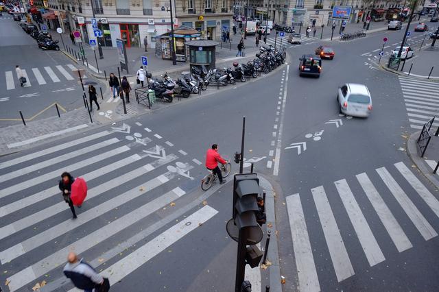 画像: ▲赤い傘の女性と自転車の男性は偶然ではない。先にフレーミングを決め、アクセントになる人がやってくるのを待った結果のカットだ。■フジフイルムX-Pro1 14mmF2.8 絞りF5.6 1/17 秒 WB:晴天 ISO200