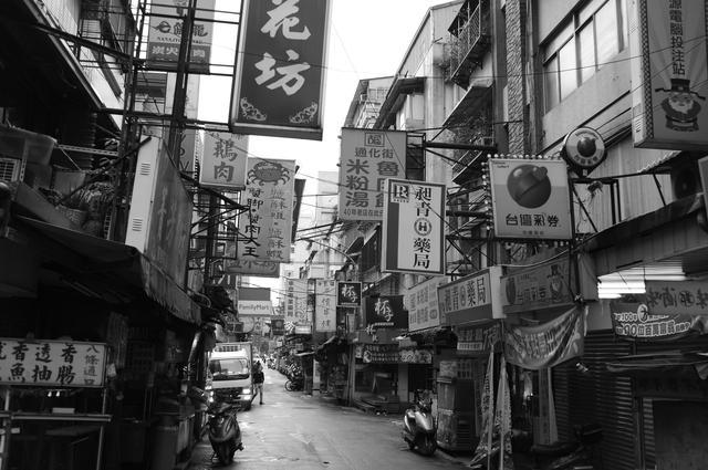 画像: ▲よく似た街——香港や中国とも違う、台湾らしさにこだわってフレーミング。道幅や光が、らしさを感じさせると思う。■フジフイルムX100  プログラムAE(F2.8 1/100 秒) マイナス0.7露出補正 フィルムシミュレーション:モノクロ WB:オート ISO200