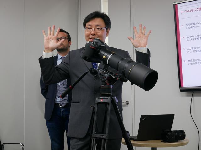 画像: ▲デジタル一眼レフカメラに超望遠レンズを付けた状態で、撮影中にティルトをして手を離してもご覧にようにピタリと止まる。これがカウンターバランス!