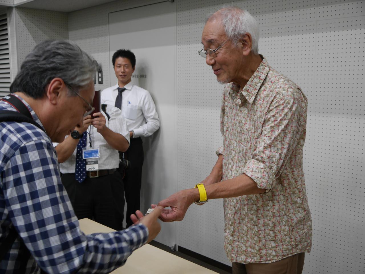 画像1: 特製記念乗車券に広田氏と矢野氏が入鋏
