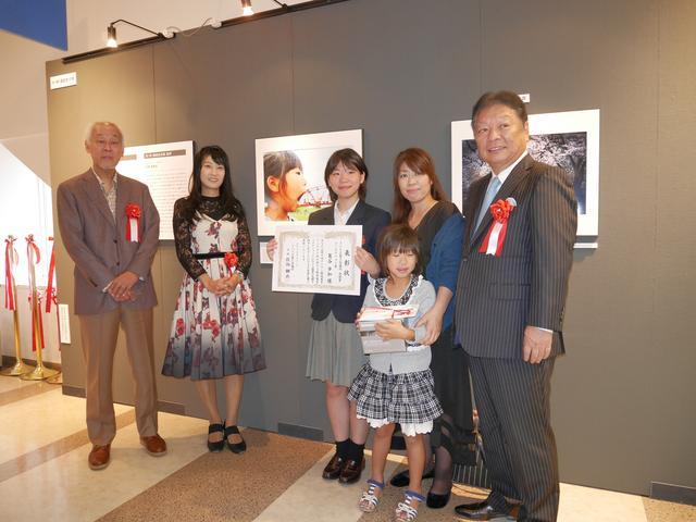 画像: ユーモアフォト賞の葛谷歩加さん。モデルとなった妹さんと一緒に参加。