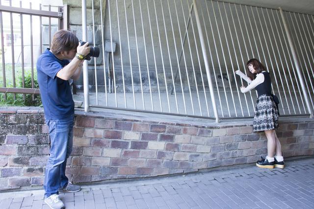 画像: ▲河野さんの撮影状況。河野さんはモデルのポージングや表情はもちろんのこと、背景に建造物などを巧みに取り入れて画面の隅々まで「魅せる写真」への配慮されていることがわかるだろうか。■状況撮影:松下茜