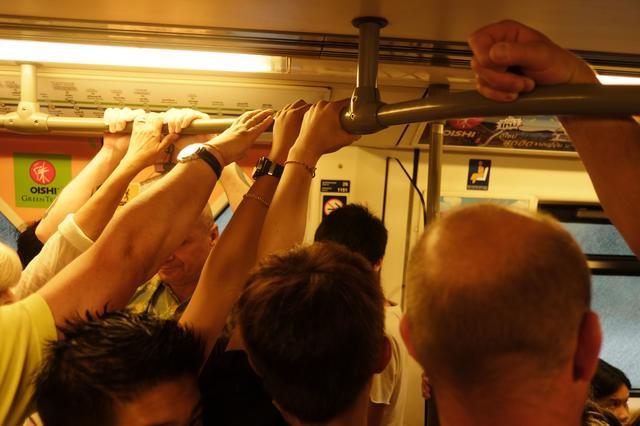 画像: ▲バンコクのBTS(モノレール)の混雑ぶりをぎゅうぎゅうの車内ではなく手すりによって表現。人種や性別も様々なところがわかると思う。■ 18mmF2 絞りF2 ISO400