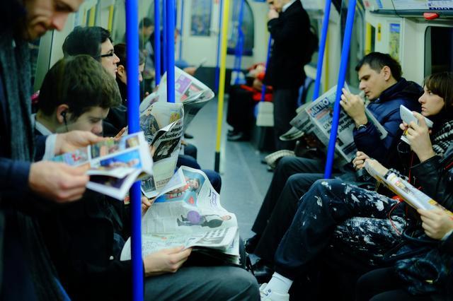 画像: ▲ロンドンの地下鉄は、日本でスマホをいじっている人くらいの割合で新聞を読んでいる人が多い。その感じが伝わるように意識してフレーミング、アングルとピント位置がポイントだ。■ 35mmF1.4 絞りF1.6 WB: 電球 ISO800