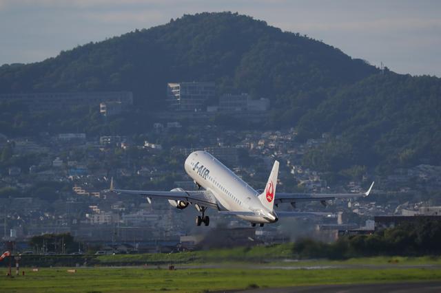 画像: 大阪国際空港(伊丹空港)は日本でもっとも間近でヒコーキの着陸を見られる空港だ。