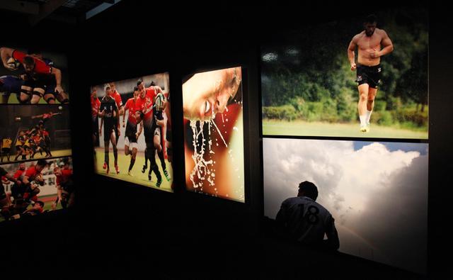 画像: 長年「キヤノン イーグルス」を追ってきた水谷たかひと氏ならではの迫力ある作品が並ぶ。試合中だけでなく、練習中の姿がまた感動を呼ぶ。
