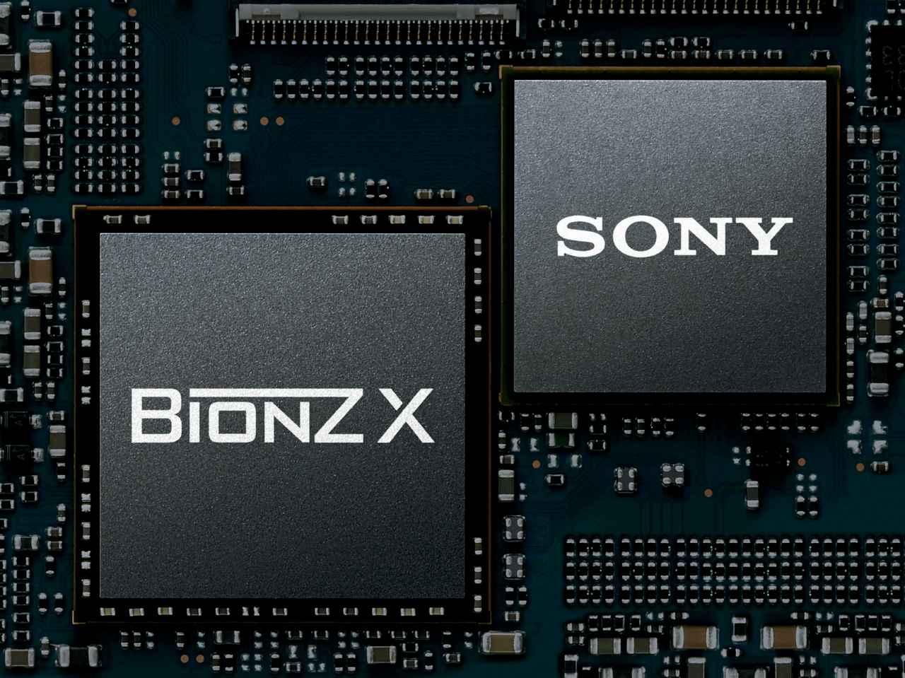 画像: ▲画像処理エンジンの名称は「BIOZ X」のまま、中身は新機種ごとに著しく進化している。低感度時には約15倍(RAW設定時)の広大なダイナミックレンジを実現したのは「BIOZ X」の貢献によるものだ。
