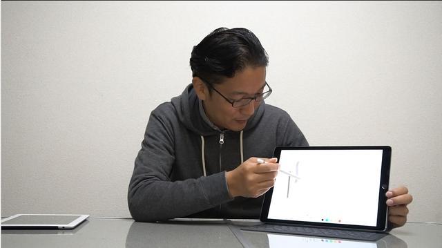 画像: ▲ノートにメモを取る感覚でディスプレイ上に書き込めるApple Pencil(白いペン)をテスト中の西尾さん。Apple Pencilは筆圧に応じて、ディスプレイの濃度が変わるのもスゴイ。