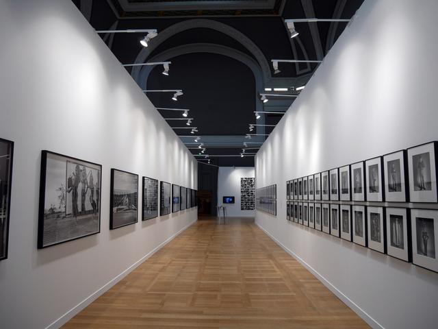 画像: パリ・フォト会場は、シャンゼリゼ通りとルーブル美術館にほど近いグラン・パレ。展示作品の質と量に圧倒されます。