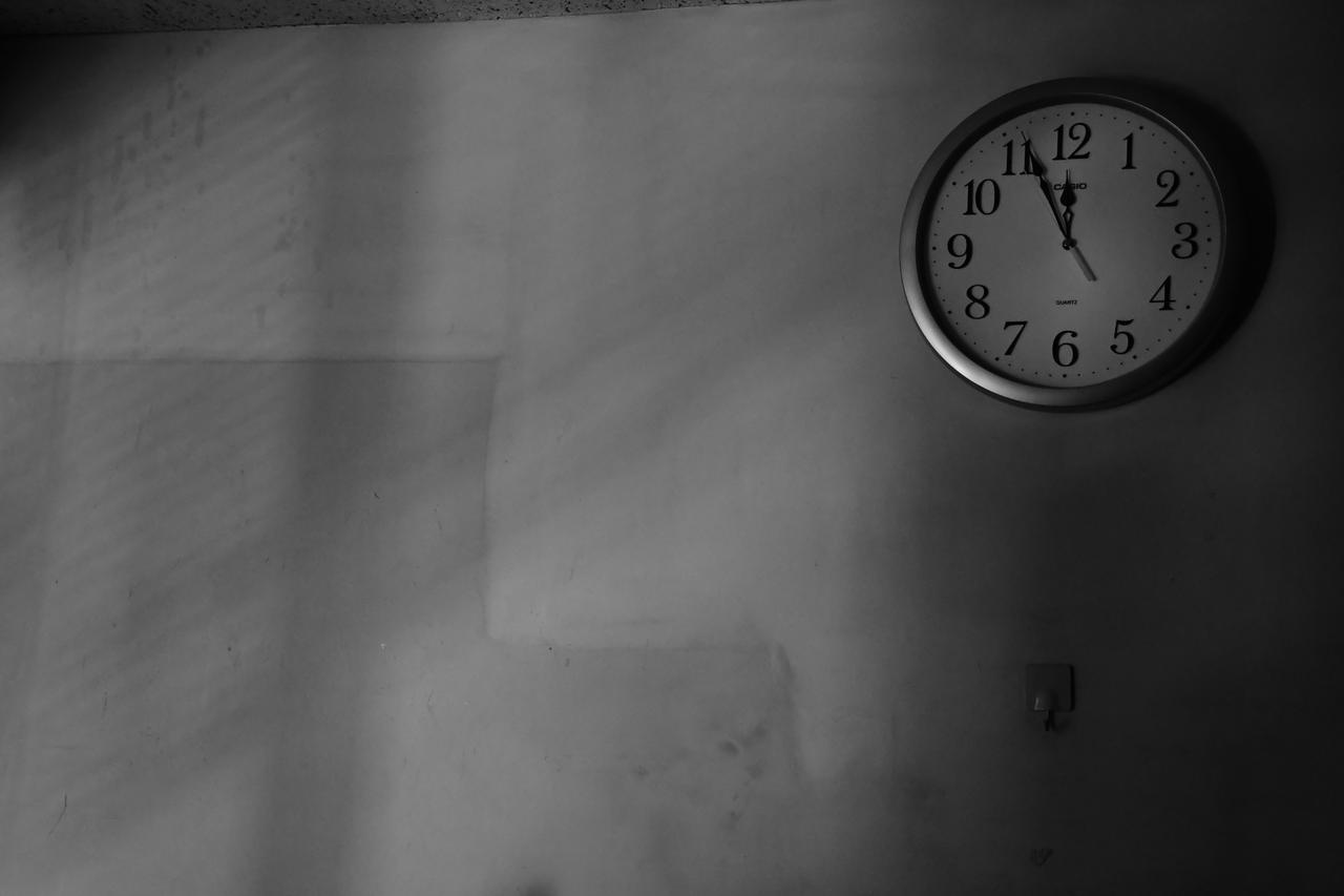 画像: F7.1 1/50sec. ISO6400 ブラインドからわずかに外光が差す締め切った会議室。まあ、ごくフツーのISO6400楽勝パターン。