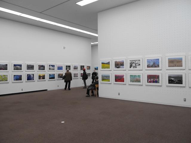 画像3: 広々とした素晴らしい空間に、余裕をもって作品が展示されています。
