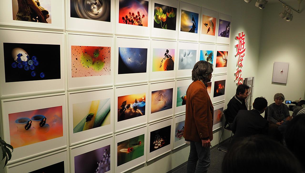 画像: 個展開催前日の12月14日に行われたメディア向けの内覧会と共同取材に日本のテレビ・新聞・雑誌はもちろん、ドイツ、スペイン、中国ほか世界中のメディア約17社が集結した。そして意外なことに!?西本喜美子さんはアートな作品の腕前も抜群なのだ!